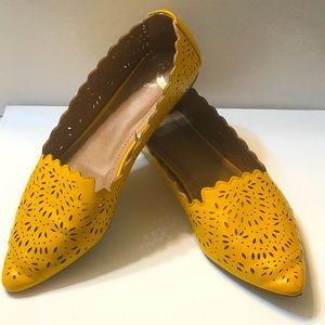 yellow flats w/die cut accents and scallop edges